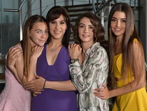 Kanal D'nin yaz dizisi Güneşin Kızları geçtiğimiz hafta ilk bölümüyle ekrana geldi. Dizinin senaryosu kadar genç oyuncuları da dikkat çekti. Dizide Selin karakterine hayat veren Hande Erçel, kısa sürede en çok merak edilen isimlerden biri oldu.