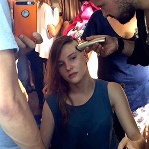 Sezon finali yaklaştıkça temposu iyice yükselen Paramparça'nın yıldız oyuncusu Alina Boz'un senaryo gereği saçları kazındı.