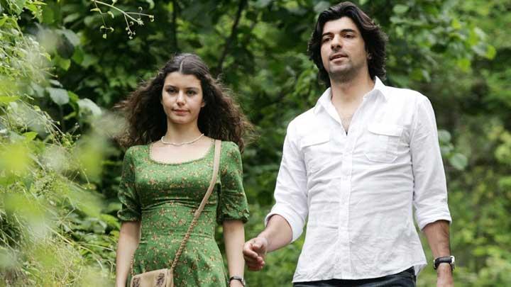 """Senaryosu Ece Yörenç ve Melek Gençoğlu tarafından yazılan, Hilal Saral'ın yönetmenliğini üstlendiği """"Fatmagül'ün Suçu Ne?"""", orijinal versiyonuyla halen Latin Amerika ülkelerinde gösteriliyor."""