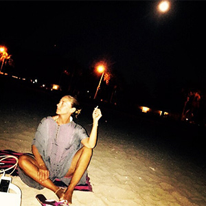 Karagül dizisinin yıldızı Ece Uslu merakla beklenen Mavi Ay gecesini denizde karşıladı!