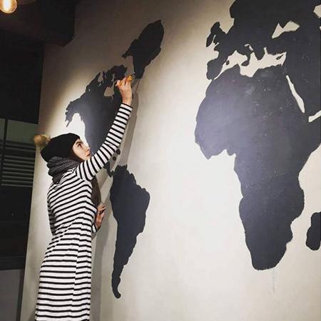 Deniz Baysal yeni açacağı kafenin dekorasyonuyla da bizzat ilgilendi